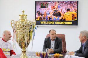 Mirësevini kampionë, Shaqir Palushi pret në takim ekipin e Golden Eagle Ylli