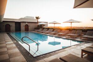 Me ose pa vendim, pronarët e pishinave përgatiten për hapje të sezonit