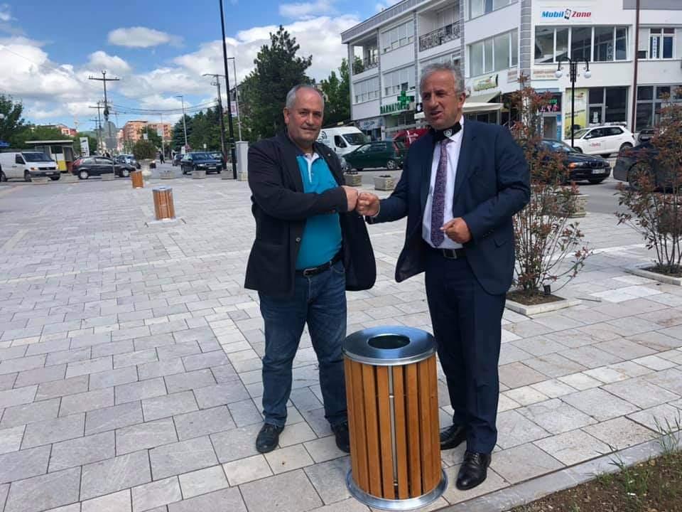 Qytetari dhuron shporta donacion për Komunën e Suharekës