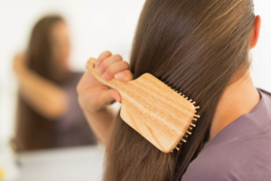 Arsyet përse ju bien flokët, gabimet që mund t'i rregulloni që tani