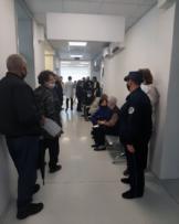 Respektimi i masave antiCOVID, Policia e   Kosovës po monitoron procesin e vaksinimit në Komunën e Suharekës