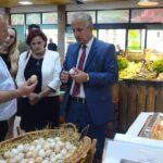 """Muharremaj i impresionuar me produktet bio nga komuna jonë në """"Tregun Ditor"""" në Suharekë"""